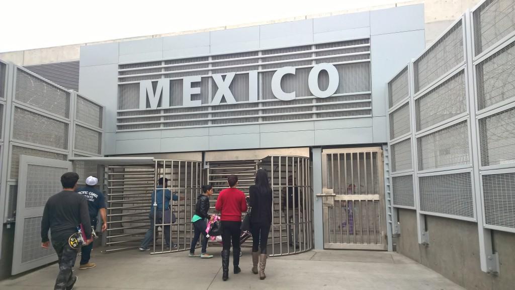 Der Eingang nach Mexiko erinnert stark an ein Gefängnis.
