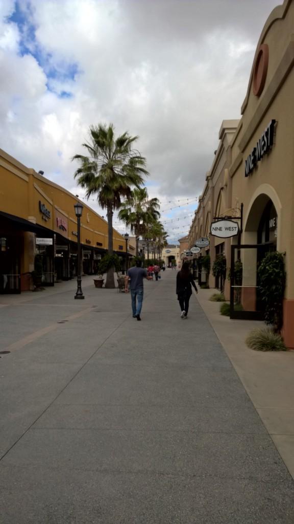 Eine der vielen Straßen im Outlet von San Diego (USA), nahe der Grenze.
