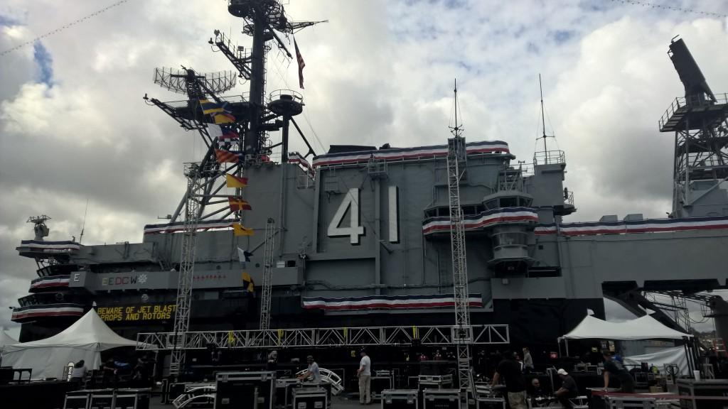 Die Brücke der USS Midway, wobei der Blick durch den Aufbau für ein Konzert morgen etwas versperrt war.